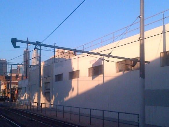 En esta foto de Metro se aprecia el daño al cableado de energía eléctrica que alimentan a los trenes.