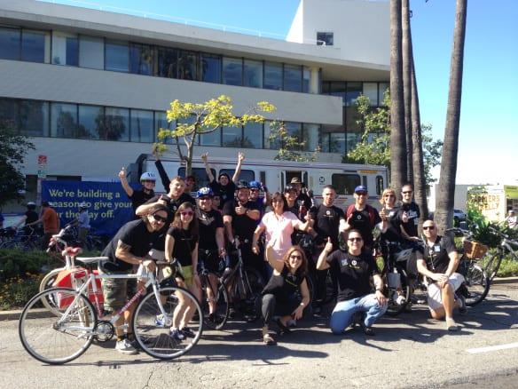 Empleados de Metro que participaron ayer en el evento de CicLAvia.