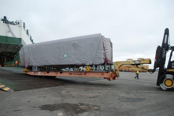 El nuevo vagón de Metro a su llegada al puerto de Long Beach.