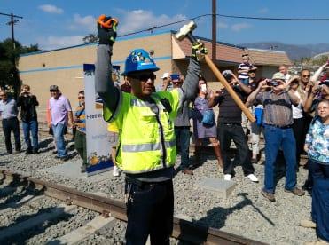 El trabador Elias Avila a punto de terminar el trabajo en las vías.