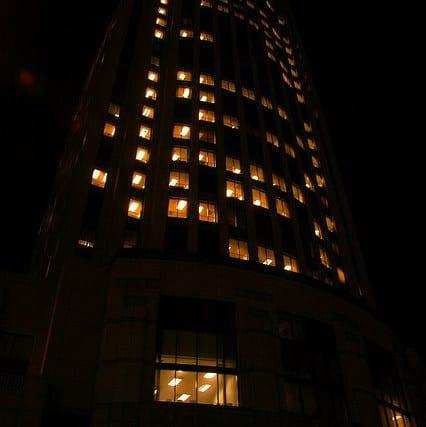 y de noche. Fotos: Bright Vibes & Bill Salek via Flickr CC.