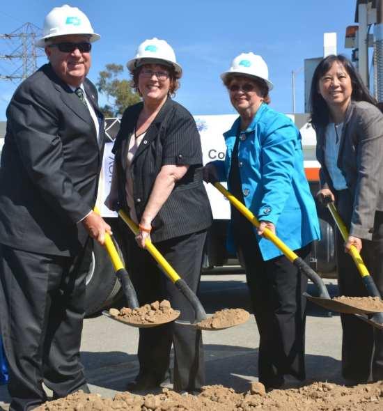 De izquierda a derecha, Don Knabe, miembro de la Junta de Metro y supervisor del condado de LA; Pam O'Connor, dela Junta Directiva de Metro y Lindsey Lee, subdirectora general ejecutiva de Metro.