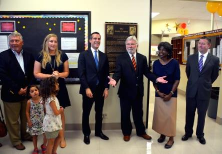 El alcalde de LA y presidente de la Junta Directiva de Metro, Eric Garcetti con Art Leahy y su esposa durante la ceremonia.