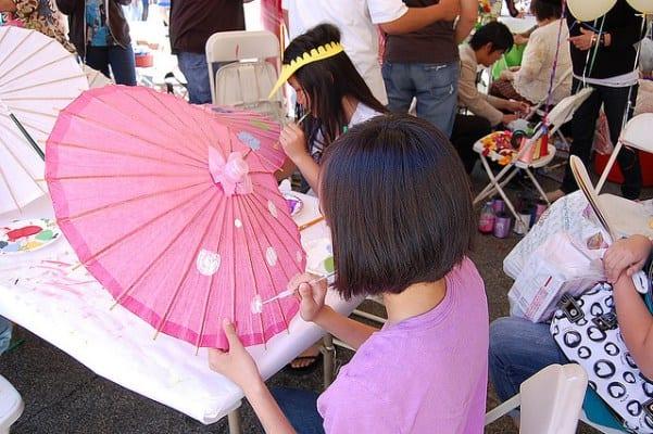 Niñas decoran sombrillas como parte de la celebración del Año Nuevo tailandés. Foto Chris Pineyo.