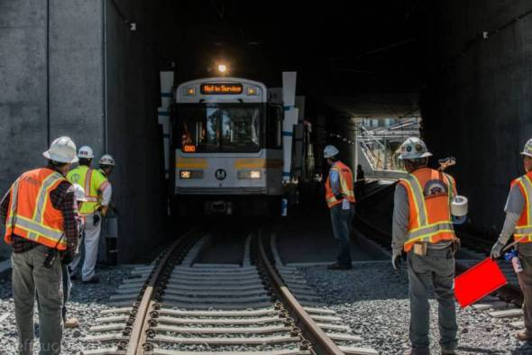 El tren pasa por debajo de la autopista Santa Mónica. Foto: Jeff Zucker/Expo Line Construction Authority.
