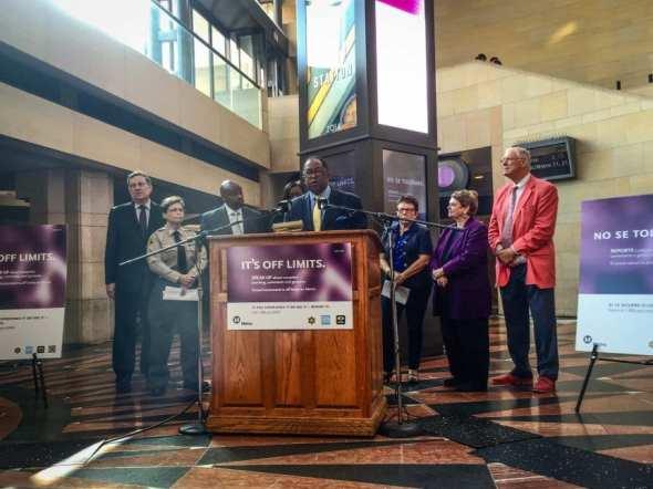 El supervisor del condado de L.A. y presidente de la Junta Directiva de Metro, Mark Ridley-Thomas, habla durante la conferencia de prensa sobre el acoso sexual. Foto: Metro.