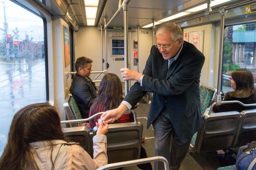 El supervisor del condado de L.A. y miembro de la Junta Directiva de Metro, Michael Antonovich, saluda a pasajeros de la Línea Dorada. Fotos: Steve Hamon/Metro.