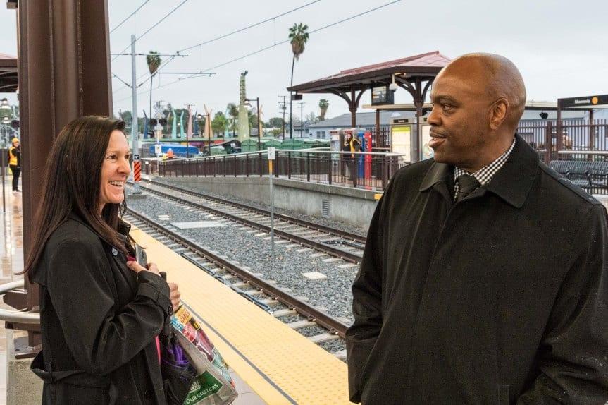 El director general ejecutivo de Metro, Phil Washington, platica con una pasajera en la estación Monrovia.
