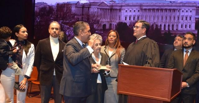 Adriano Espaillat hace historia al ser juramentado congresista de los Estados Unidos.