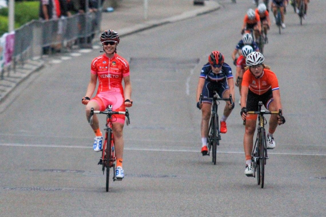 Paternoster ganando la primera etapa de la Albstadt-Frauen (Copa de las Naciones UCI). En ruta este año también fue tercera en el Trofeo da Moreno, cuarta en el Europeo y quinta en el Mundial. (Foto © Nicola Veleda)