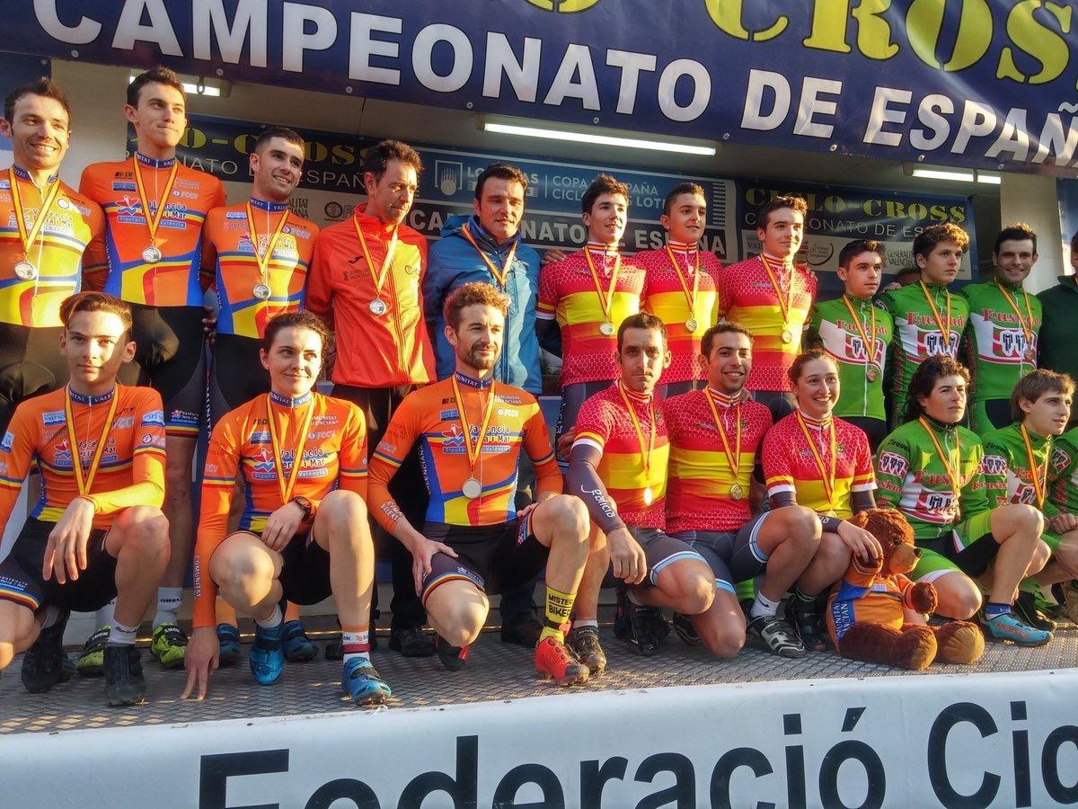 Podio completo con el País Valencià (plata), Galicia (oro) y Euskadi (bronce). Foto © RFEC