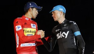 Contador y Froome saludándose en el podium final de la Vuelta 2015. Foto: Ciclismo a Fondo