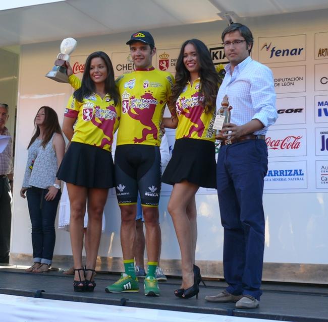 Rubio es de los que opina que SÍ a las azafatas en los podium, aquí en la Vuelta a León como líder hace 3 temporadas (Foto: leonoticias.com)