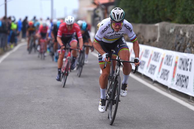 El campeón del mundo no se lo pensó dos veces y atacó en la parte intermedia del Poggio. © Tim de Waele