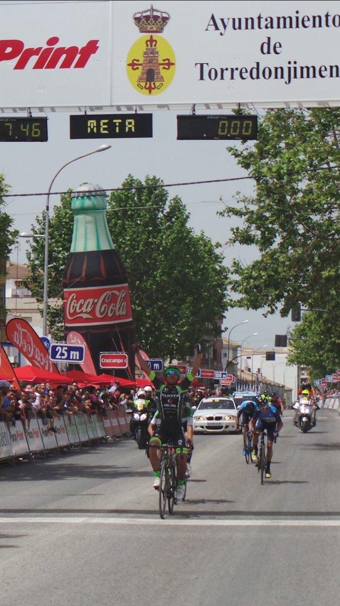 Así cruzaba la línea de llegada Tello por delante de López-Cozar en Torredonjimeno (Foto: @SpcaTeam)