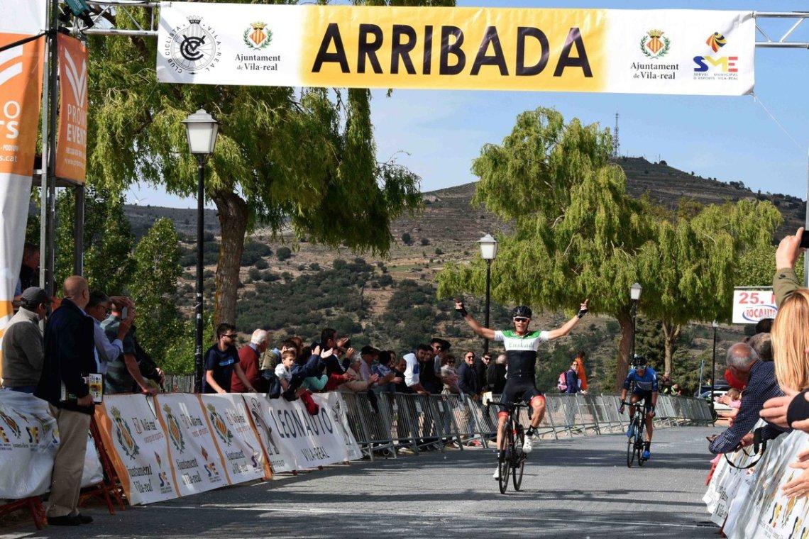 Momento del triunfo de López-Cozar sobre Cabedo en Morella (Foto: @GPvilaciclisme )