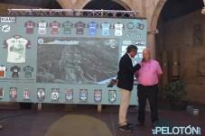el mítico Horacio Barros recibió el reconocimiento de la organización de la Vuelta a León por su dedicación durante tanto tiempo al ciclismo aficionado