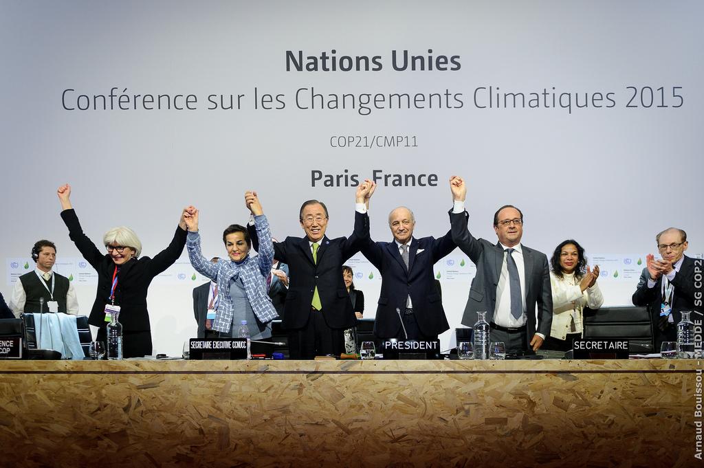 Hollande, Ban Ki moon, Fabius y Figueres con los brazos levantados tras conseguir el histórico acuerdo. FOTO: COP21.