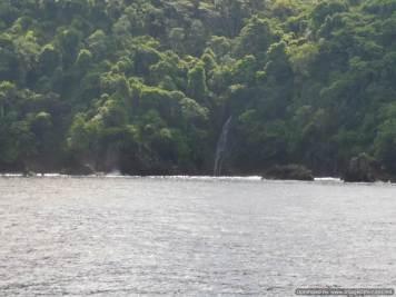 mirad la cascada que cae al mar