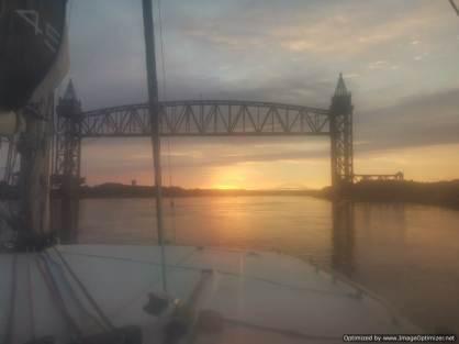 Salida del sol y puente del ferrocarril