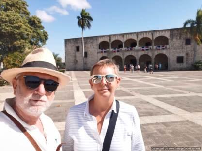 Al fondo la Casas de Diego Colón