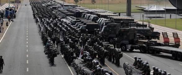 Equipo de policia-militar para reprimir a su pueblo