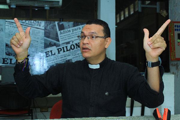 El padre Juan Carlos Mendoza se 'volvió famoso' en las redes sociales por querer imitar en medio de la eucaristías, expresiones auténticas de Diomedes Díaz.  Leonardo Alvarado/EL PILÓN