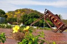 El monumento Pedazo de Acordeón y al fondo el cerro DPA.