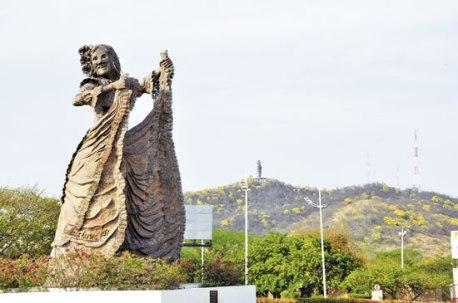 El monumento de La Pilonera Mayor, en las afueras del Parque Consuelo Araujo Noguera.