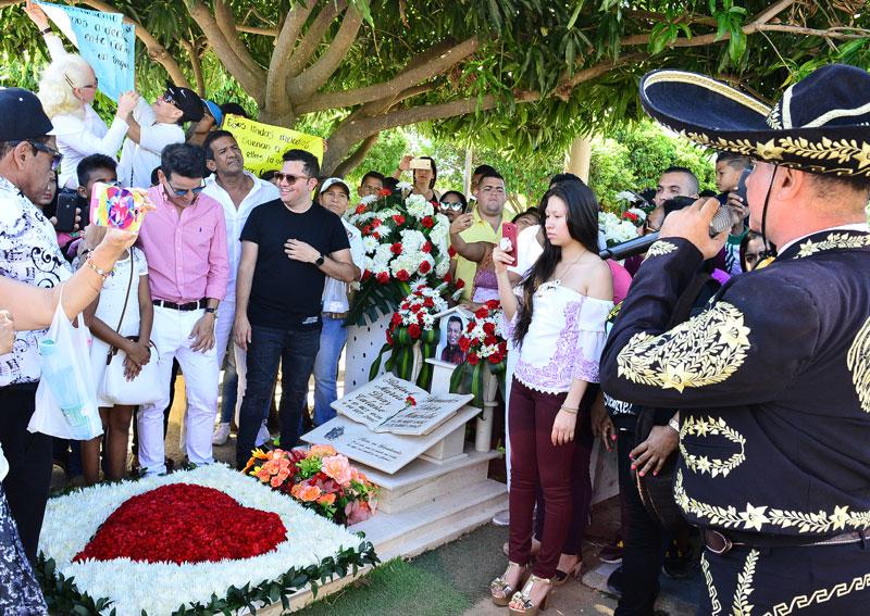 Tumba de Diomedes Díaz es visitada por su fanaticada