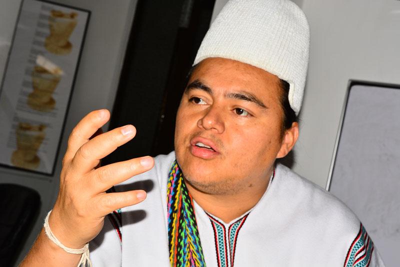Este es el indígena cantor, que estuvo de visita en EL PILÓN, entregando sus dos nuevas canciones: 'La rápida es zamaya' y 'Enamorado de ti' / Joaquín Ramírez