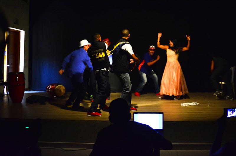 En el auditorio de la Escuela de Bellas Artes reclusos de la Cárcel de Mediana y Máxima Seguridad de Valledupar presentaron la obra 'Rin Rin', con la que participan en la tercera versión del Festival Nacional de Teatro Carcelario. Joaquín Ramírez/EL PILÓN