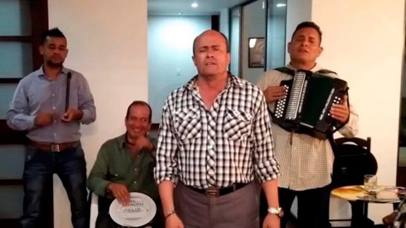 Jairo Serrano en compañía del rey vallenato, Julián Rojas, en una mítica parranda vallenata.