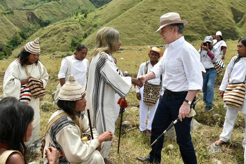 El bastón regresado a los indígenas representa la autoridad y el gobierno delegado por parte de ellos al Jefe del Estado durante sus años de gobierno.