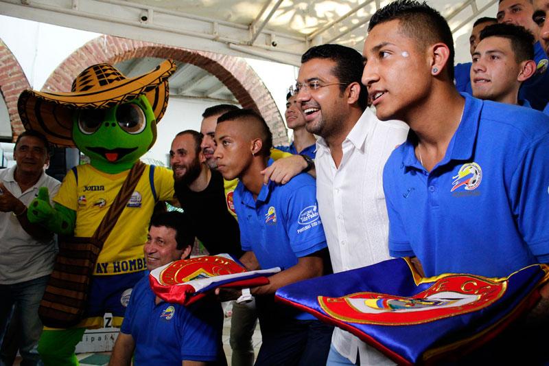 El alcalde le entregó a los jugadores de la Selección Colombia de Fútbol de Salón Sub 20 la bandera de Valledupar y de Colombia.