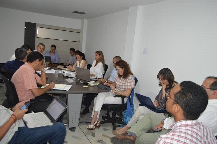 La reunión de trabajo liderada por el viceministro de Agua, José Luis Acero; el alcalde de Riohacha, Juan Carlos Suaza, y la administradora temporal de Agua de La Guajira, Loana Pinto Arredondo.