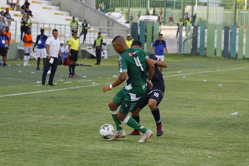 Nuevamente el juego fuerte hizo su aparición en el Estadio Armando Maestre, donde al Valledupar le cuesta ganar.  Foto: Joaquín Ramírez.