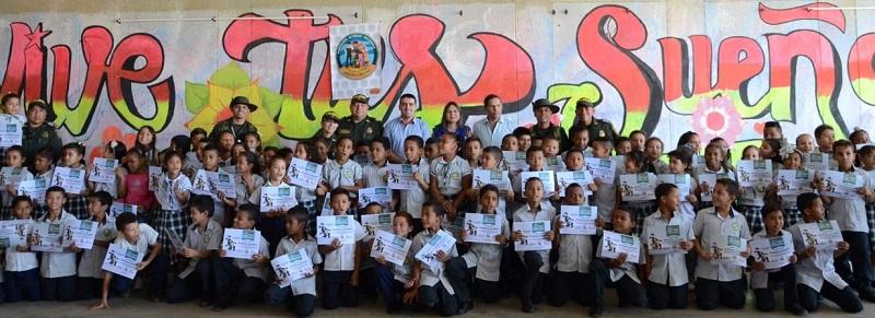 Los estudiantes de tercer grado recibieron una certificación por haber hecho parte de este programa con el que se espera prevenir el uso de drogas desde que los niños están pequeños.  FOTO: CORTESÍA POLICÍA NACIONAL.