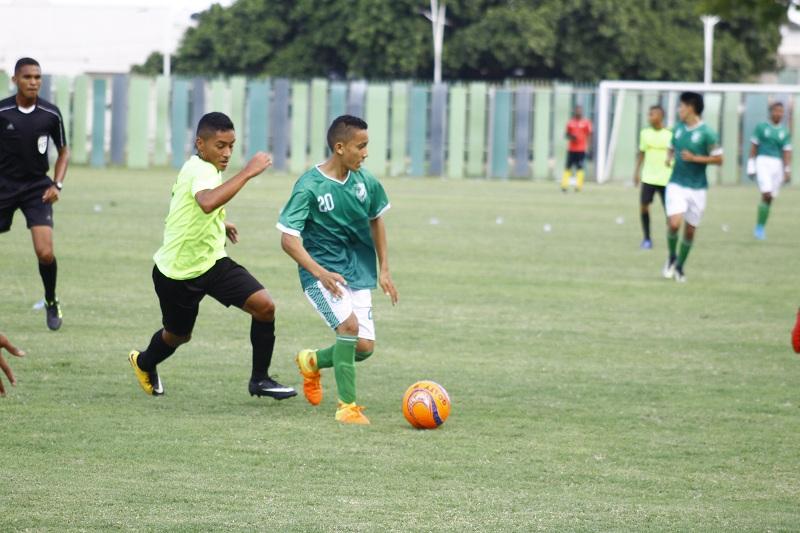 Los jugadores cesarenses mostraron toda su capacidad futbolística ante un difícil rival que opuso resistencia, pero que no pudo ante los locales.   Foto: Joaquín Ramírez.