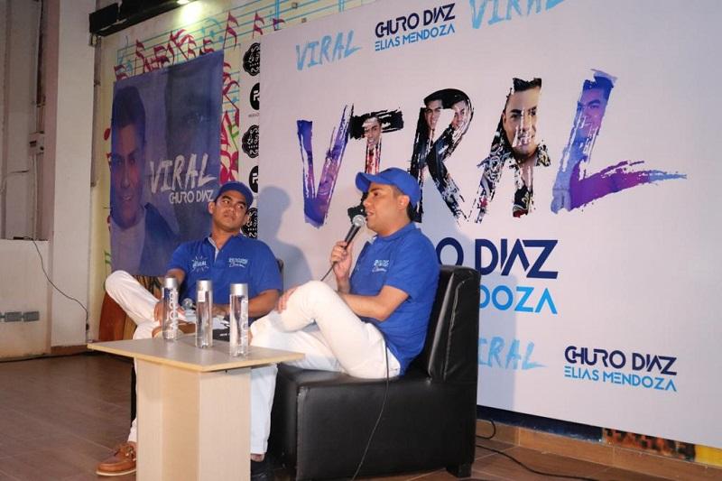 El cantante nacido en Urumita, La Guajira, presentó a todos sus seguidores su producción número 12 junto a su compañero Elías Mendoza.  Foto: Joaquín Ramírez.