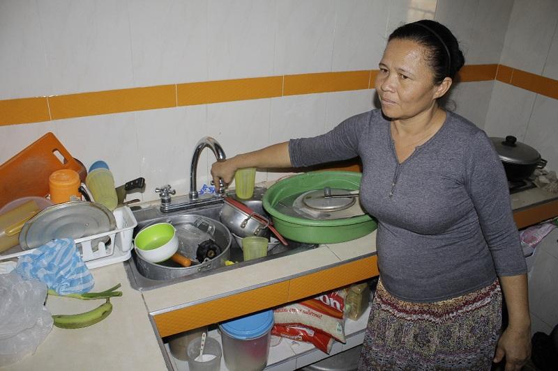 Los residentes de Villa Yaneth tienen que lidiar con esta problemática hace ya varios días y se ven obligados a recolectar el agua por las noches.  Foto: Joaquín Ramírez.