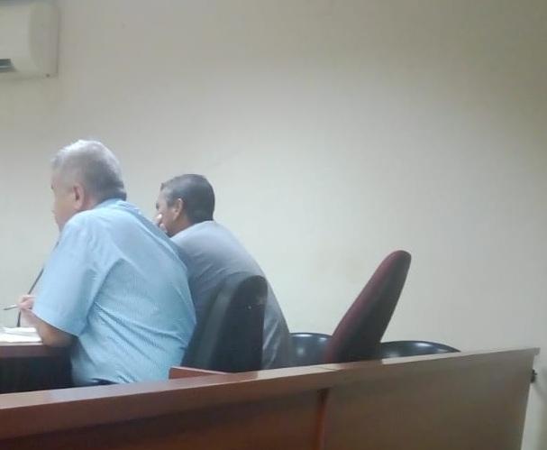El incriminado compareciendo en audiencia (lado izquierdo).  CORTESÍA