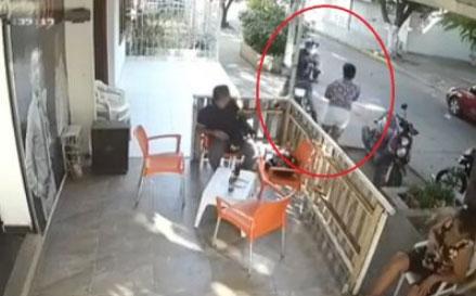 Este fue el momento en que se cometió el asalto en contra de Indira Flórez.   Captura cámara de seguridad.