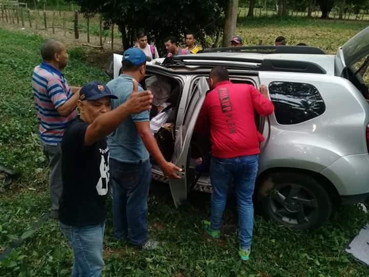 Así quedó la camioneta en que se movilizaba la familia.  FOTO: SUMINISTRADA