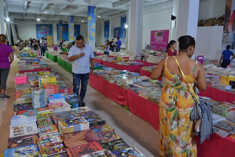 Una variada y atractiva oferta se aprecia en esta actividad que está en el primer piso del centro comercial Unicentro.  FOTO: SERGIO MCGREEN