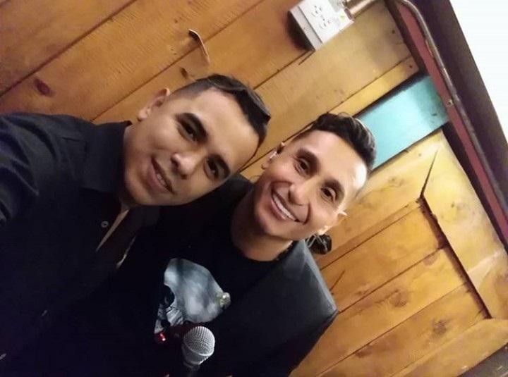 Aris Vargas al lado de su tío Hebert Vargas en la grabación de la canción 'Amor Bendito' en Medellín.  Foto:Cortesía.