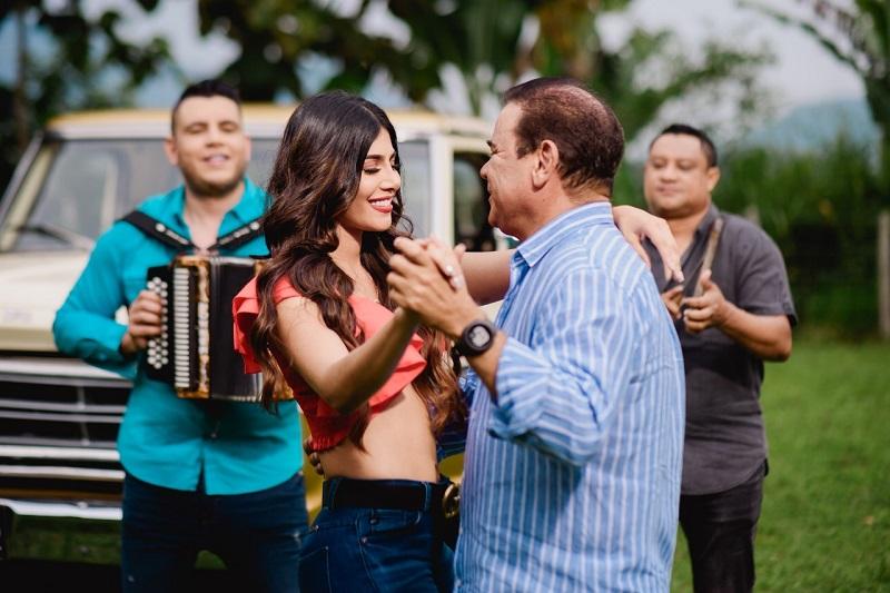 La modelo barranquillera Cindy Sofía Salcedo fue la encargada de enamorar a Iván Villazón con sus labios rojos en el rodaje del video.   Foto: Cortesía.