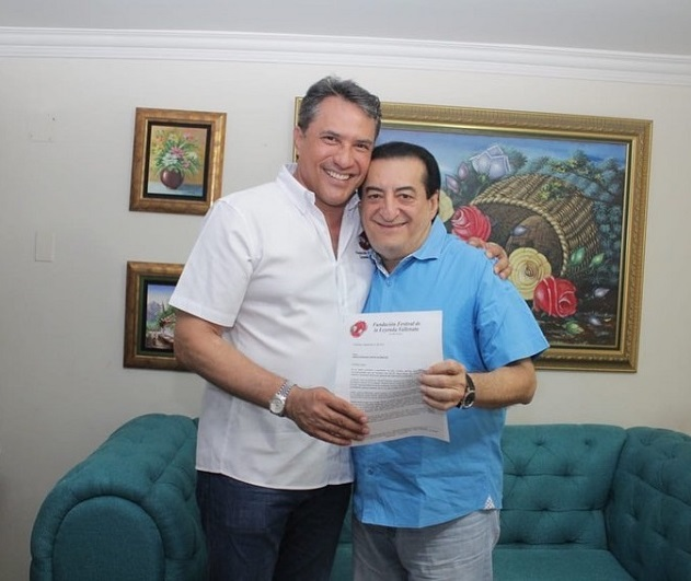 Jorge Oñate en compañía de Rodolfo Molina Araújo, presidente del Festival de la Leyenda Vallenata.   Foto: Cortesía.