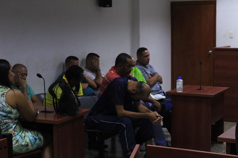 Los ocho detenidos compareciendo en audiencias preliminares.  FOTO: EDWIN BAYONA