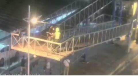 Momentos en que la joven era rescatada por un civil y un patrullero.  FOTO/CAPTURA PANTALLA VIDEO